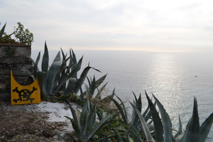 """Death awaits off one of the trails near Vernazza (or perhaps """"Keep Out"""" - I'm not sure)"""