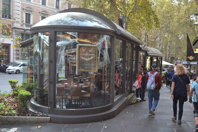 Street cafés and restaurants along Via Veneto